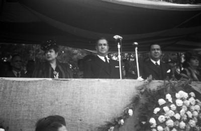 Manuel Ávila Camacho acompañado de funcionarios durante ceremonia y desfile de alfabetización