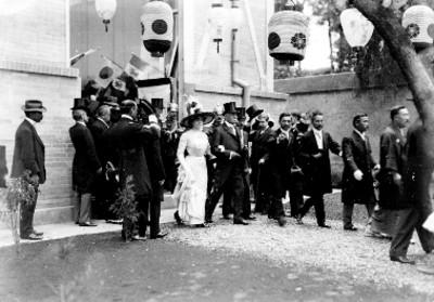 Porfirio Díaz y esposa salen de la exposición Japonesa en el palacio de Cristal, durante las fiestas del Centenario