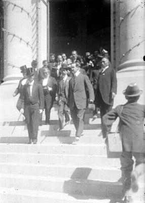 José María Pino Suárez y funcionarios salen de la Cámara de Diputados