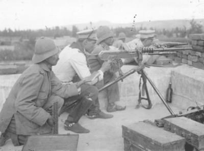 Soldados felicistas y ametralladora en una azotea de la Ciudadela