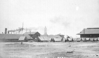 Campamento de militares estadounidenses, frente a la terminal