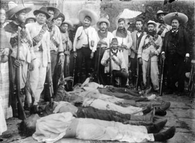 Tropas zapatistas observan los cadáveres de sus compañeros después de enfrentamiento con soldados federales
