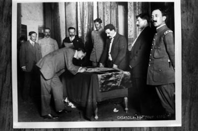 El general Felipe Ángeles, firma la bandera de la Convención de Aguascalientes