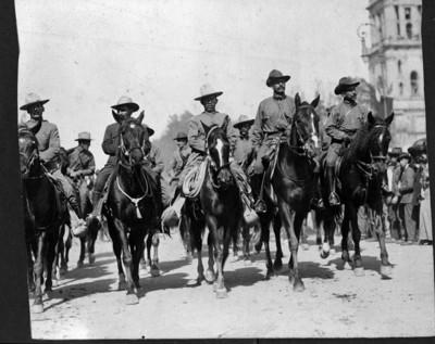 Felipe Ángeles con tropas convencionistas a su paso frente a Palacio Nacional