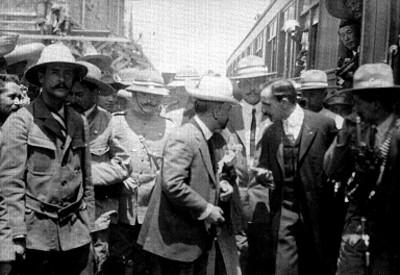 Francisco I. Madero en una estación de ferrocarril