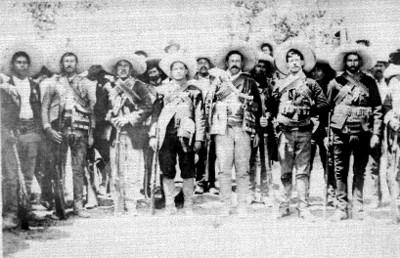Revolucionarios villistas con carrilleras y fusiles, retrato de grupo
