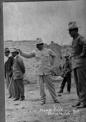 Francisco Villa y otros durante práctica de tiro al blanco