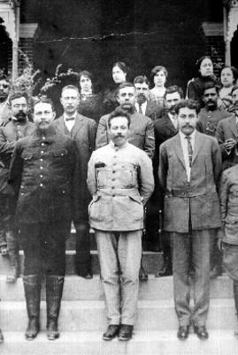Francisco Villa acompañado de algunos de sus revolucionarios, retrato de grupo