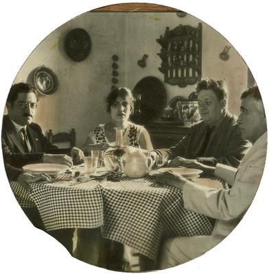 Diego Rivera, Guadalupe Marín y otros personajes en el comedor