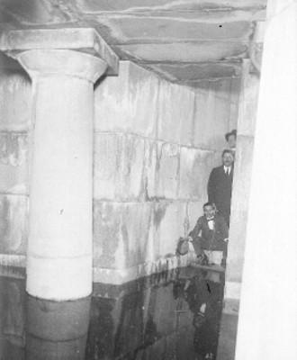 Miembros del Ministerio Público realizando investigaciones en el sótano inundado de un edificio