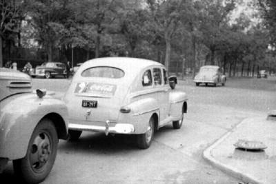 Automóvil con propaganda de la Coca Cola en su cajuela