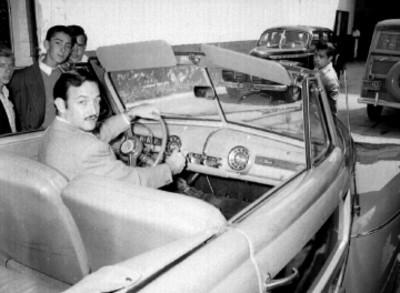 Jorge Negrete abordo de un automóvil Ford
