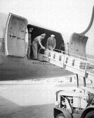 Estibadores cargando avión con cajas que contienen chicles