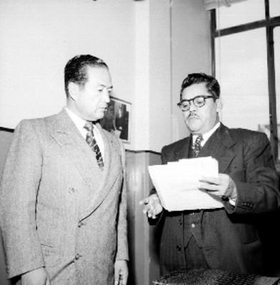 Empresarios de la Fiat leyendo un documento