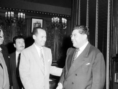 Empresarios conversando durante una reunión