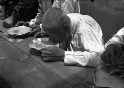 Enfermos mentales comiendo en el comedor del manicomio La Castañeda