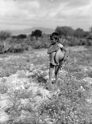 Niño con sombrero en el campo