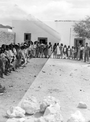 Grupo de campesinos formados rodean un patio, retrato de grupo