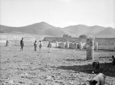 Retrato de un grupo de hombres en una hacienda