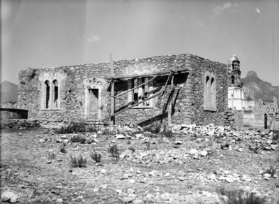 Casa rústica y al fondo iglesia, vista parcial