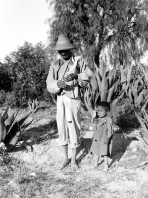 Hombre y niño en un campo de magueyes, retrato