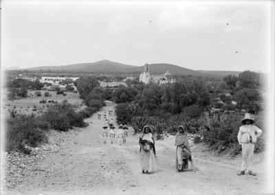 Gente se dirige a la salida de un poblado