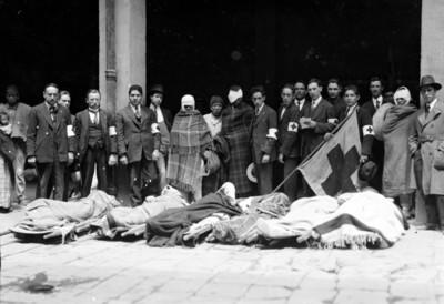Integrantes de la cruz roja y heridos, retrato de grupo
