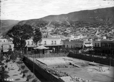 Vista de la plaza Independencia con el terreno para la cimentación de el Reloj monumental