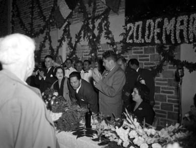 Miguel Alemán Valdés con Vicente Aguirre en banquete