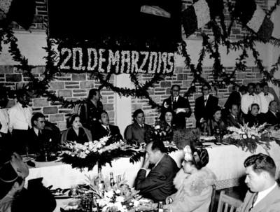Miguel Alemán en banquete con el gobernador de Hidalgo Vicente Aguirre