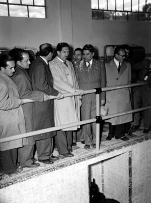 Miguel Alemán Valdés con Vicente Aguirre y demás funcionarios observan obras de agua potable durante su visita al Valle del Mezquital