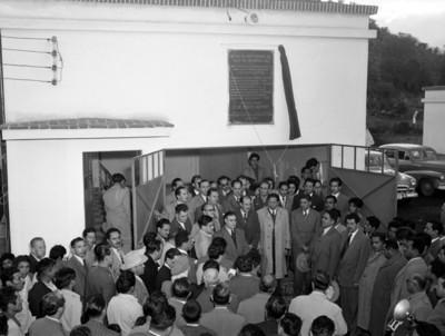 Miguel Alemán Valdés con Vicente Aguirre en la develación de la placa del Sistema de Agua del Valle del Mezquital