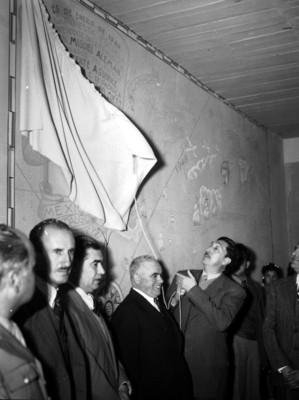 Miguel Alemán en compañía de funcionarios en la inauguración de una escuela