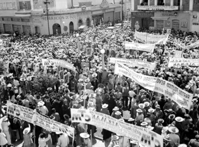 Aglomeración en apoyo a la candidatura de Miguel Alemán Valdés en calles de Pachuca
