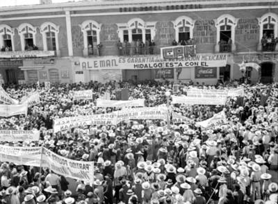 Manifestación en apoyo a Miguel Alemán Valdés en la plaza Independencia frente al Hotel Grenfell