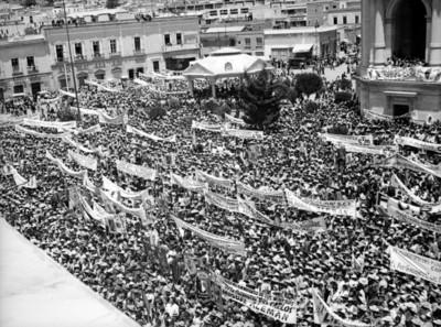 Vista de aglomeración en la plaza Independencia en apoyo a la candidatura de Miguel Alemán