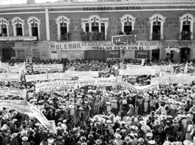 Aglomeración en apoyo a Miguel Alemán reunida frente al Hotel Grenfell