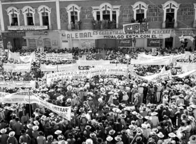 Mitin en apoyo a la candidatura de Miguel Alemán frente al Hotel Grenfell