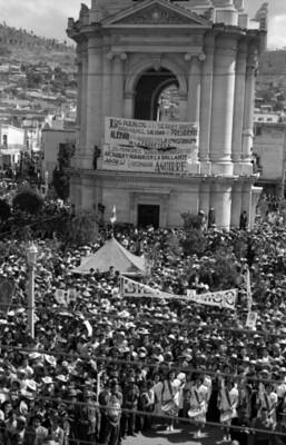 Aglomeración frente al reloj de Pachuca durante la visita de Miguel Alemán Valdés