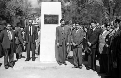 Miguel Alemán Valdés, Vicente Aguirre y funcionarios durante una ceremonia