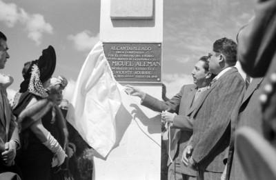 Miguel Alemán Valdés devela una placa de obra pública
