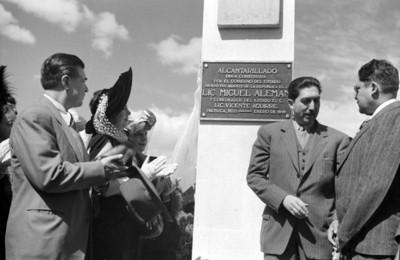 Miguel Alemán Valdés después de develar una placa de obras públicas