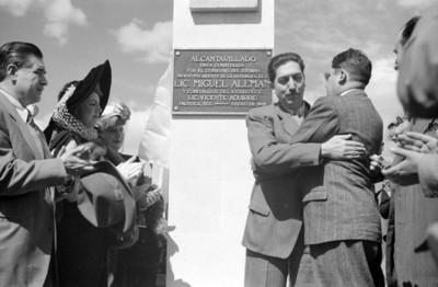 Miguel Alemán Valdés y Vicente Aguirre se dan abrazo en la develación de una placa