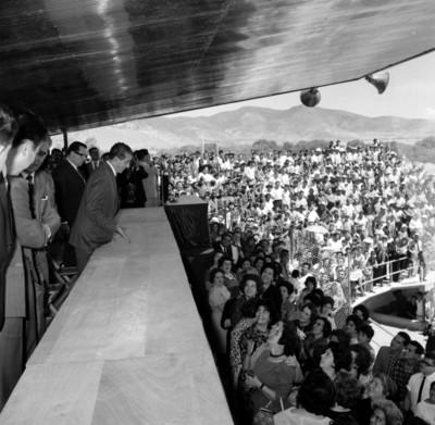 Adolfo López Mateos y comitiva ante mitin en su honor