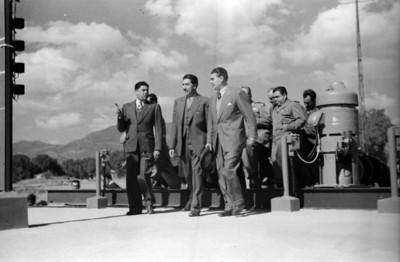 Miguel Alemán Valdés conversa con Vicente Aguirre al salir de una estación de bombeo