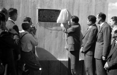 Miguel Alemán Valdés devela placa durante la inauguración de una estación de agua potable