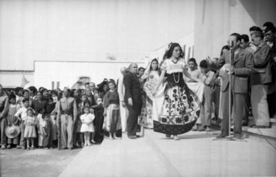 Mujeres modelan trajes regionales de Hidalgo a funcionarios públicos