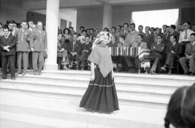 Mujer modela traje típico en presencia de Miguel Alemán Valdés y su comitiva