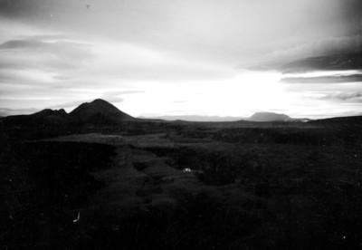 Campo abierto con cerros, paisaje