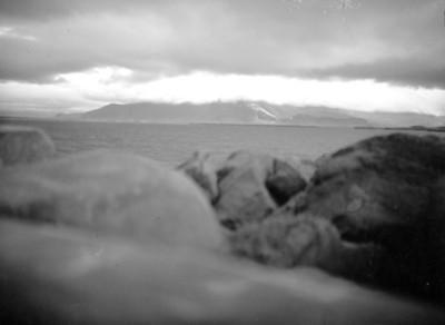 Lago entre cerros de Islandia